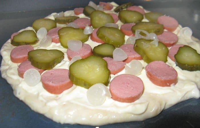 Фото рецепта - Пицца с сыром и колбаской - шаг 2