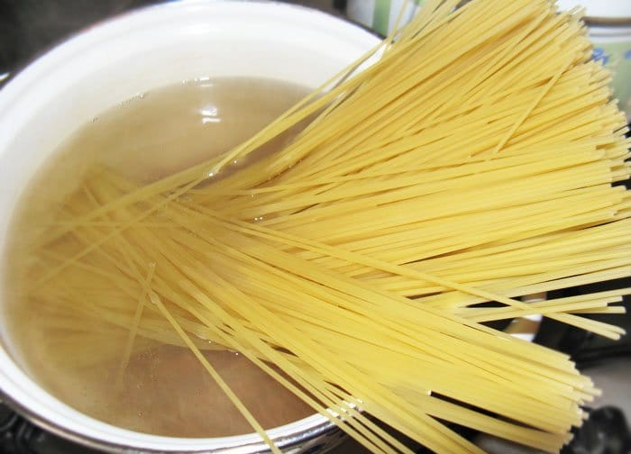 Фото рецепта - Спагетти с болгарским перцем и помидорами - шаг 1