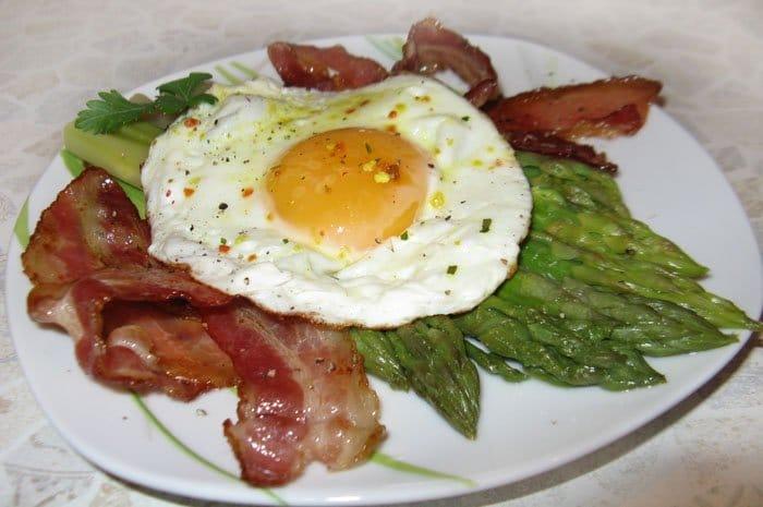 Спаржа с яйцом и беконом - рецепт с фото