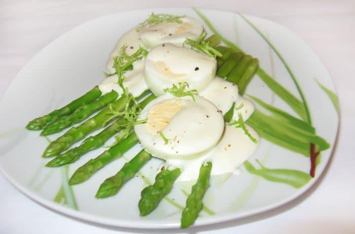 Спаржа с яйцом на завтрак - рецепт с фото