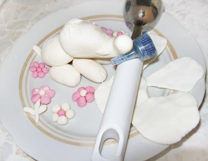 Фото рецепта - Торт с мастикой «Слон на лужайке» - шаг 7