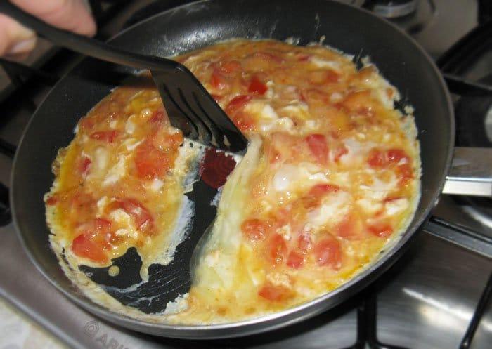 Фото рецепта - Яичница-болтунья с помидорами - шаг 4