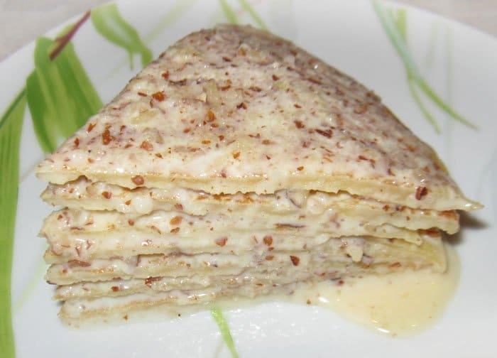 Блинный торт со сгущенкой и орешками - рецепт с фото
