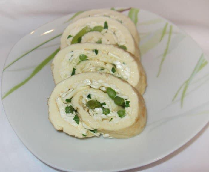 Нежный яичный рулет с сыром и спаржей
