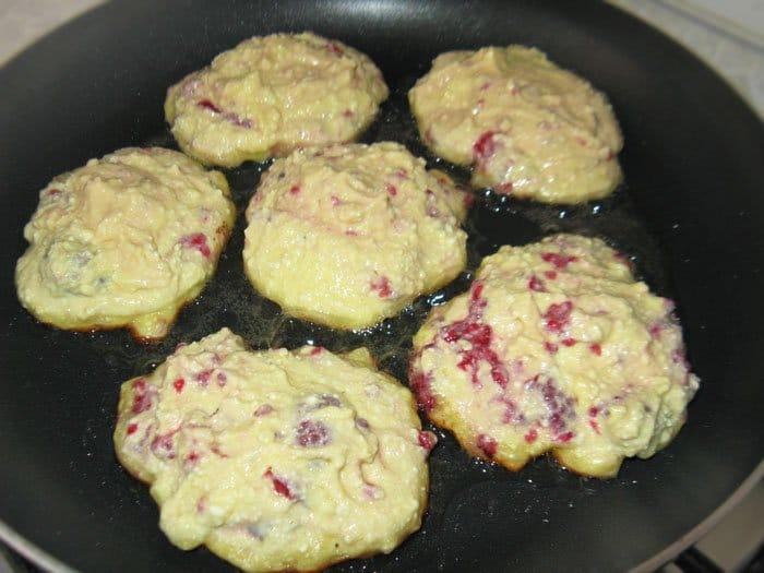 Фото рецепта - Сырники с малиной - шаг 4