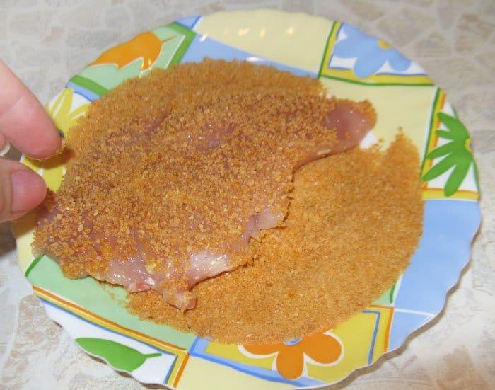 Фото рецепта - Жареная куриная отбивная по-милански с сыром - шаг 4