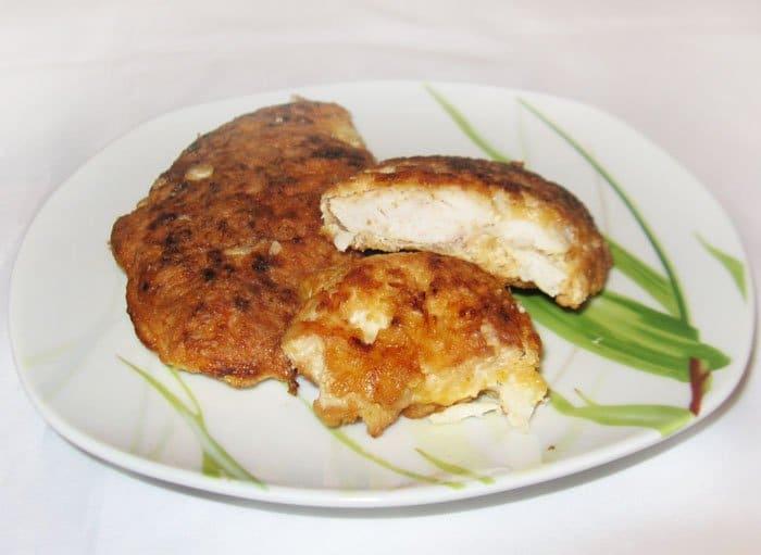 Жареная куриная отбивная по-милански с сыром