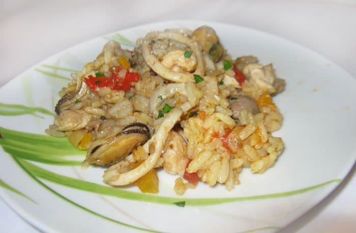 Паэлья по-испански с мясом и морепродуктами - рецепт с фото