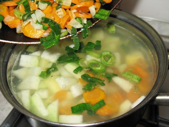 Фото рецепта - Овощной суп-пюре из кольраби с куриными клецками - шаг 5