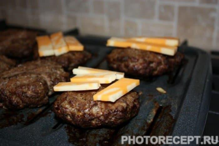 Фото рецепта - Чесночный чизбургер под мраморным сыром - шаг 5