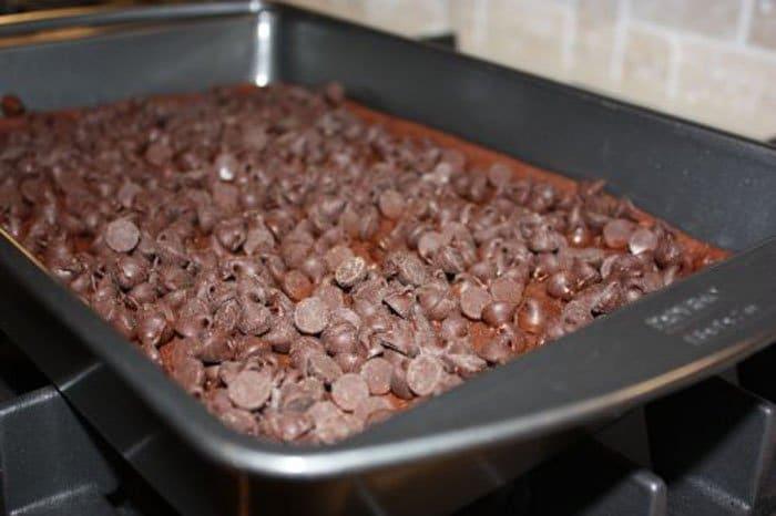 Фото рецепта - Шоколадный пирог с карамелью - шаг 3