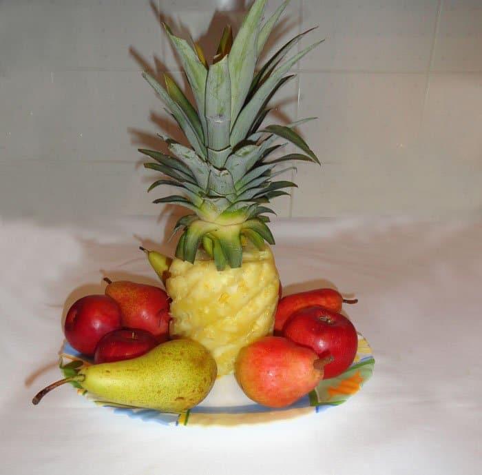Ананас с фруктами — украшение на столе