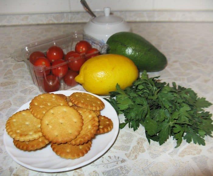 Фото рецепта - Авокадо с помидором на крекере – закуска - шаг 1