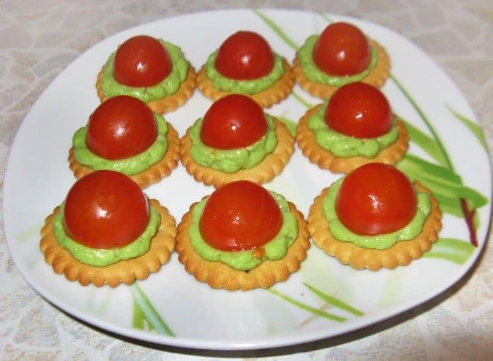 Фото рецепта - Авокадо с помидором на крекере – закуска - шаг 5
