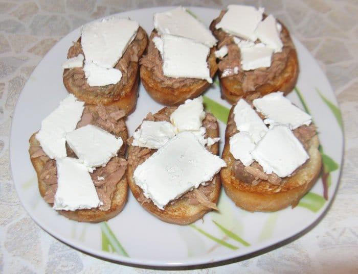 Фото рецепта - Брускетты (бутерброды) с тунцом  и сыром Фета - шаг 4