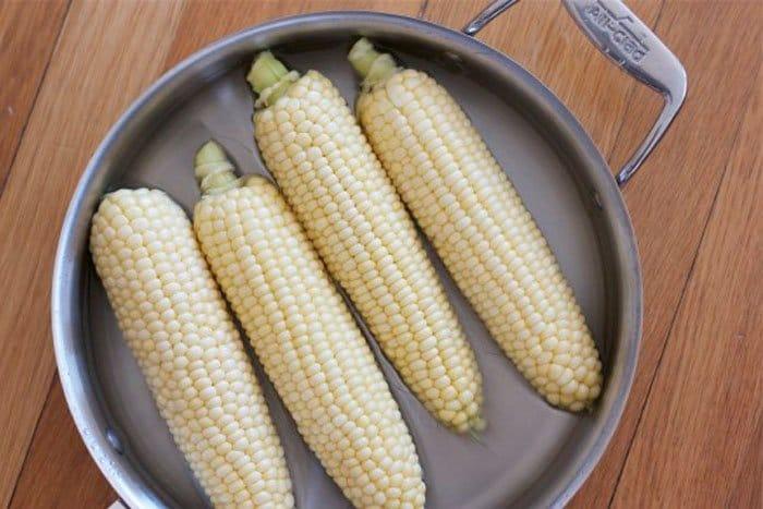 Фото рецепта - Летний салат с помидорами и кукурузой - шаг 2
