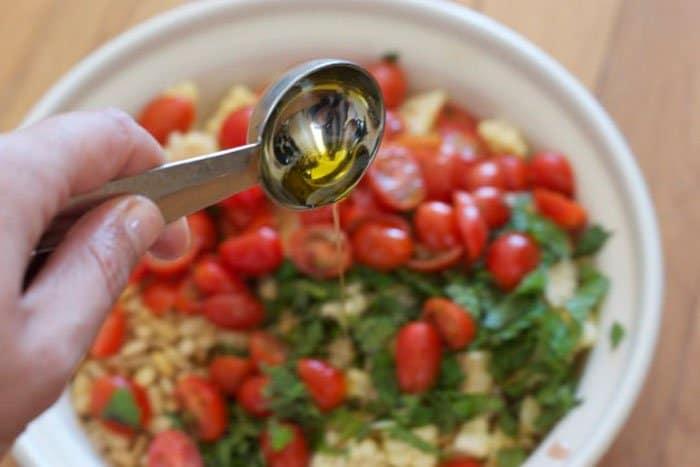 Фото рецепта - Летний салат с помидорами и кукурузой - шаг 3