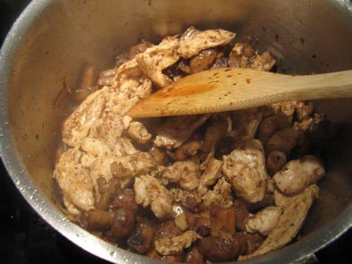 Фото рецепта - Паэлья с курицей, грибами и овощами - шаг 7