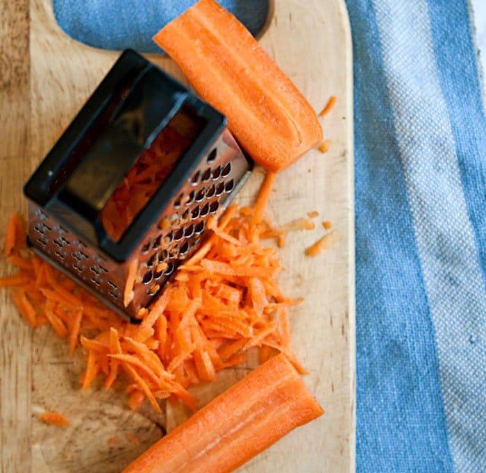 Фото рецепта - Салат из брокколи с морковью и изюмом - шаг 2