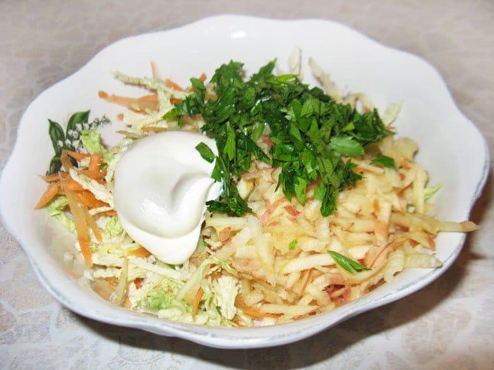 Фото рецепта - Салат из савойской капусты с яблоком - шаг 4
