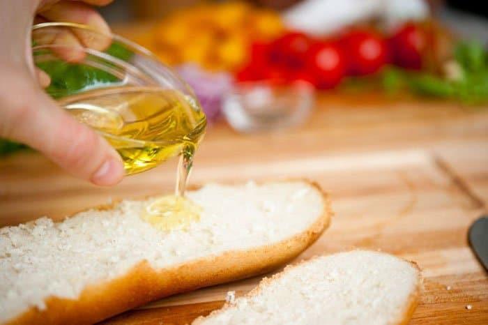 Фото рецепта - Салат с помидорами и гренками - шаг 2