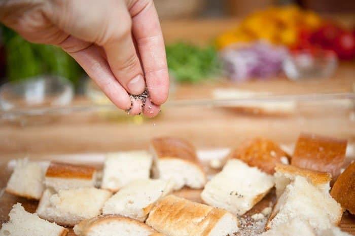 Фото рецепта - Салат с помидорами и гренками - шаг 3
