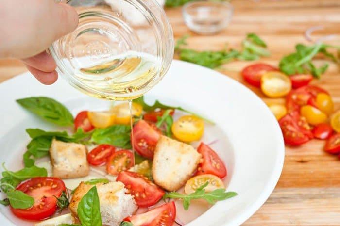 Фото рецепта - Салат с помидорами и гренками - шаг 5