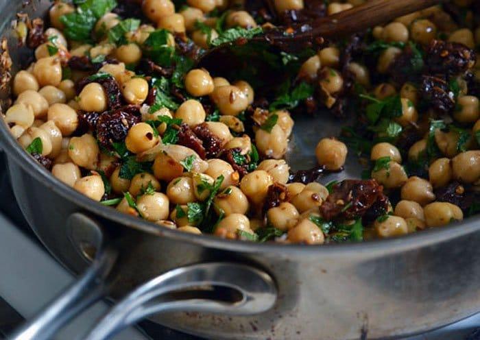 Фото рецепта - Теплый салат с горохом и вялеными помидорами - шаг 3