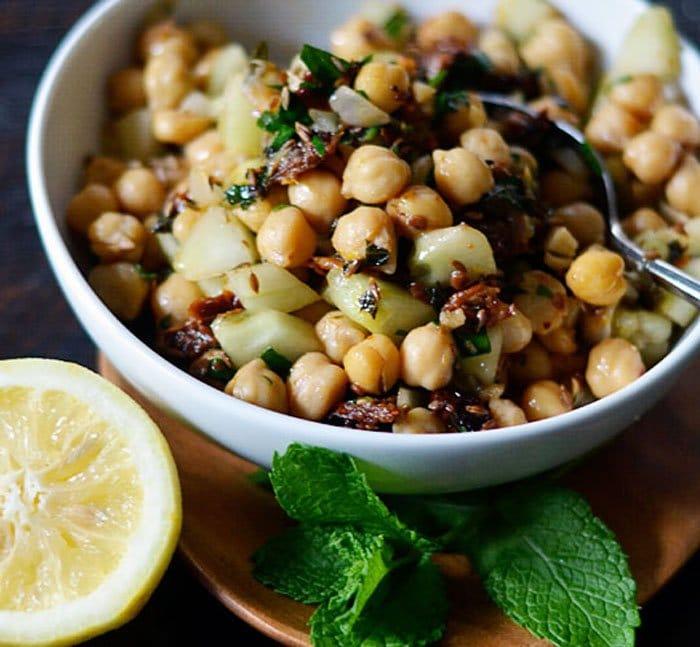 Теплый салат с горохом и вялеными помидорами - рецепт с фото