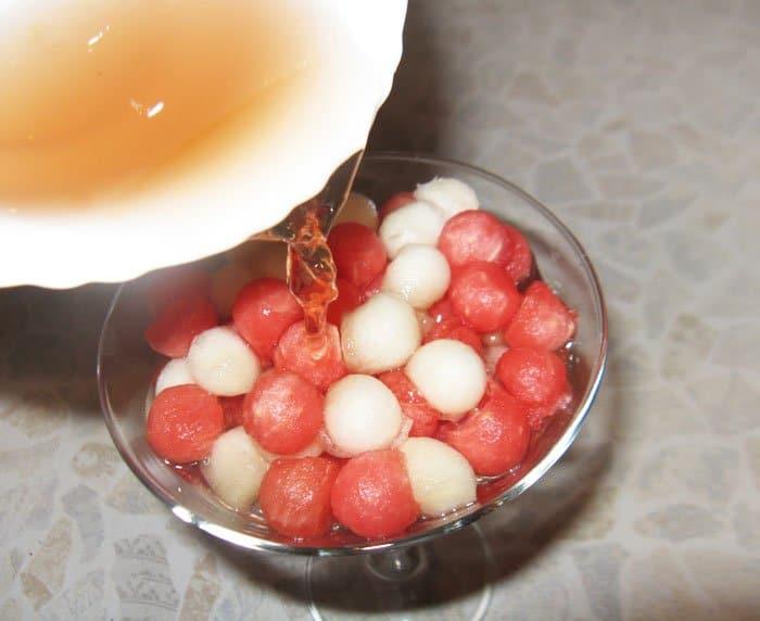 Фото рецепта - Винное желе с арбузом и дыней - шаг 4
