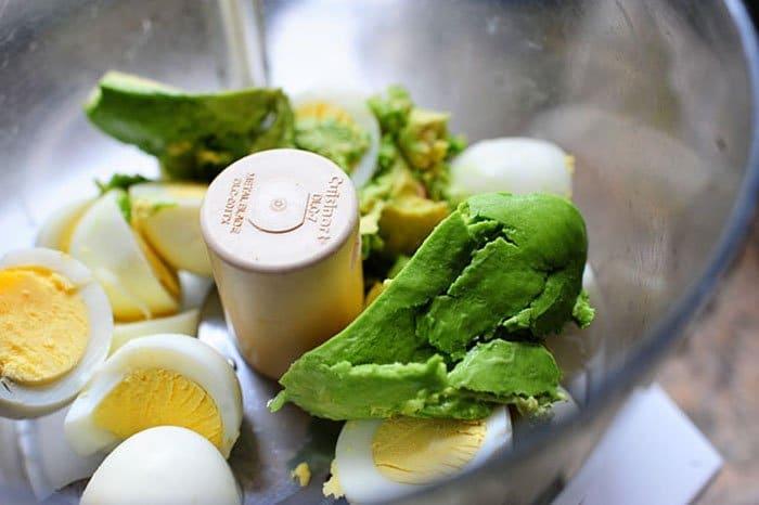 Фото рецепта - Закуска из авокадо с яйцом и помидором - шаг 1