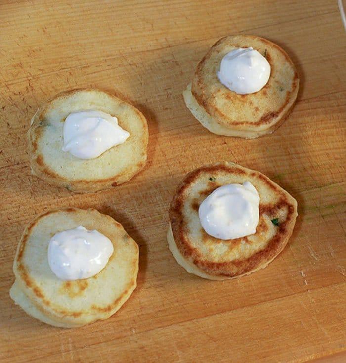 Фото рецепта - Блины со сливочным сыром и копченым лососем - шаг 5
