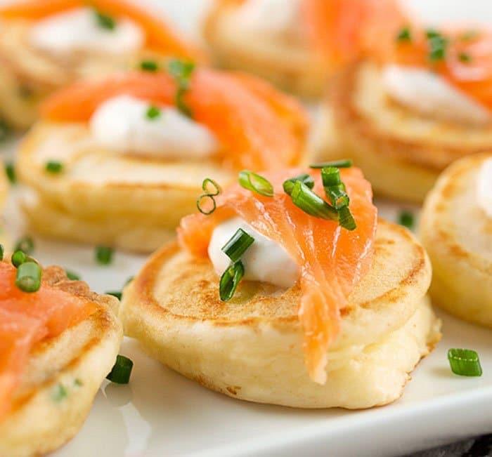 Блины со сливочным сыром и копченым лососем - рецепт с фото