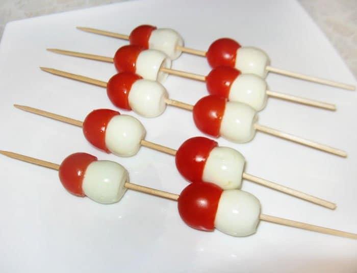 Фото рецепта - Детская закуска Грибочки на шпажках - шаг 3