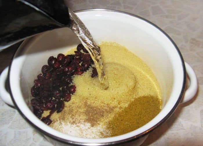 Фото рецепта - Кус кус с клюквой и пряностями - шаг 3
