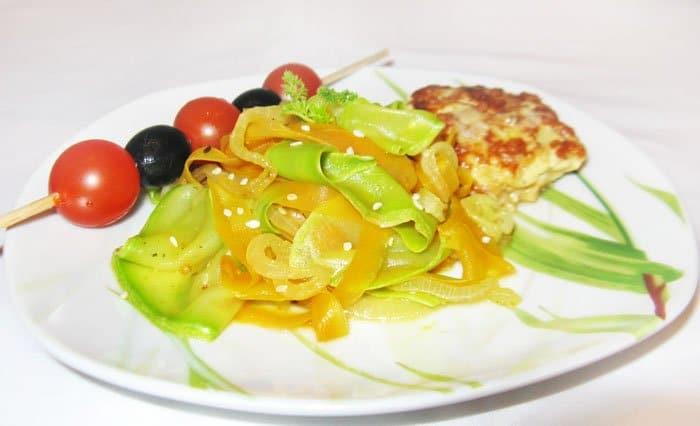 Овощное спагетти из кабачков и моркови - рецепт с фото