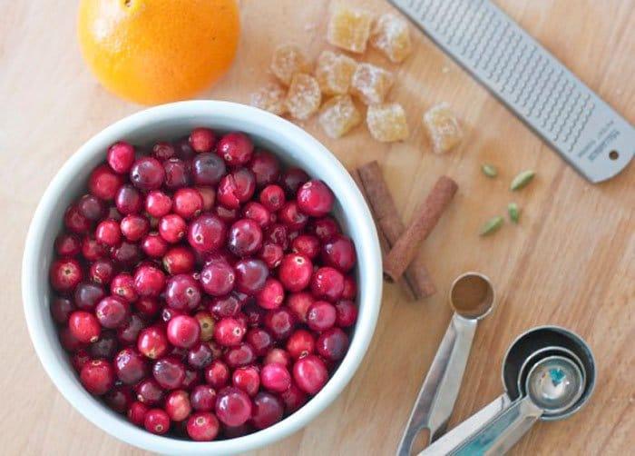 Фото рецепта - Пряный клюквенный соус - шаг 1