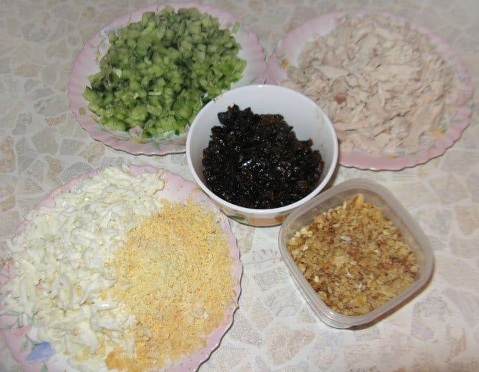 Фото рецепта - Салат «Нежность» с курицей и черносливом - шаг 2