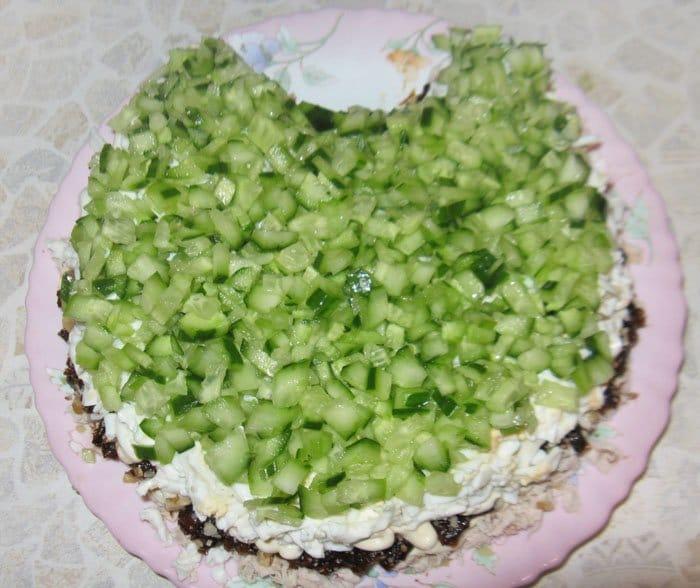 Фото рецепта - Салат «Нежность» с курицей и черносливом - шаг 6