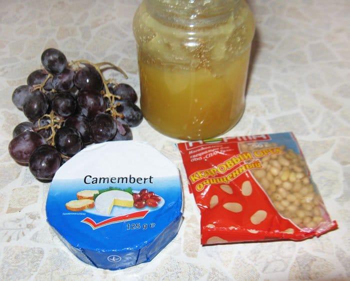 Фото рецепта - Запеченный Бри с медом и кедровыми орешками - шаг 1