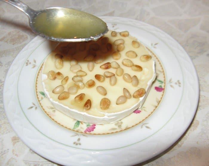 Фото рецепта - Запеченный Бри с медом и кедровыми орешками - шаг 3