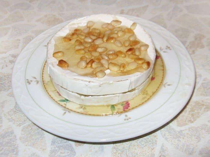 Фото рецепта - Запеченный Бри с медом и кедровыми орешками - шаг 4