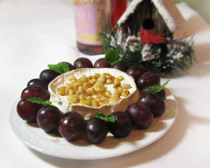 Запеченный Бри с медом и кедровыми орешками - рецепт с фото