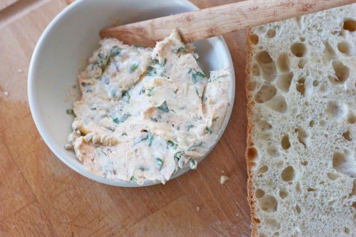 Фото рецепта - Запеченный хлеб с чесноком и сыром - шаг 1