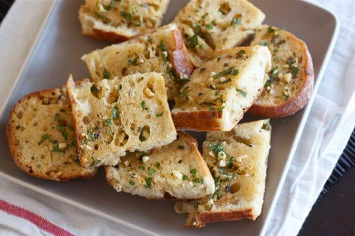Запеченный хлеб с чесноком и сыром - рецепт с фото