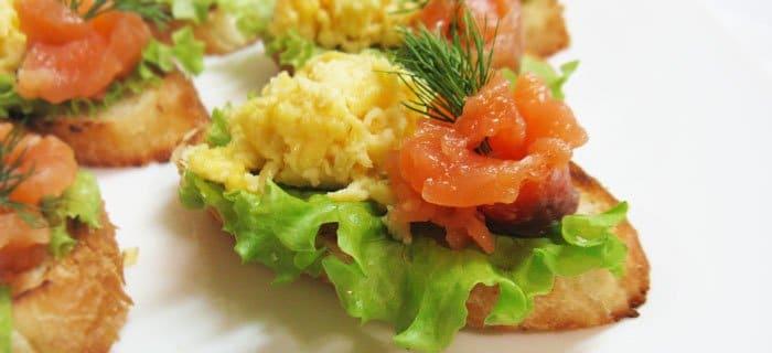Бутерброды с семгой и яйцом - рецепт с фото