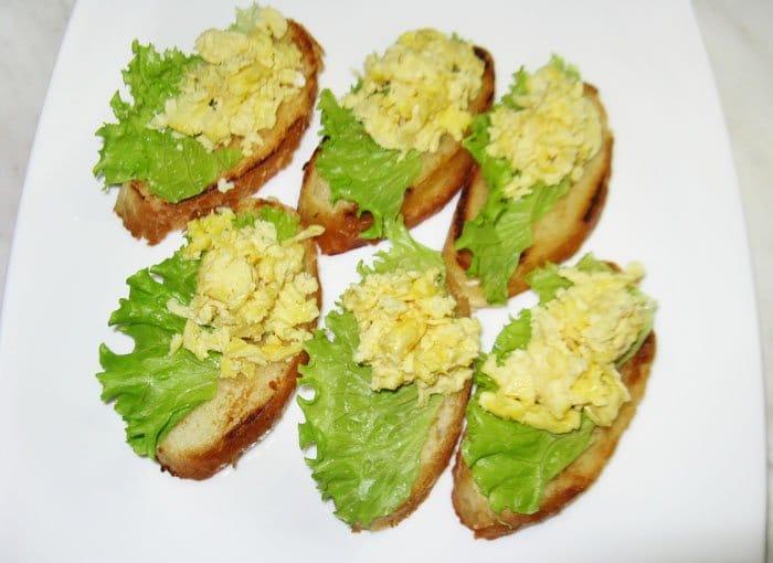 Фото рецепта - Бутерброды с семгой и яйцом - шаг 3