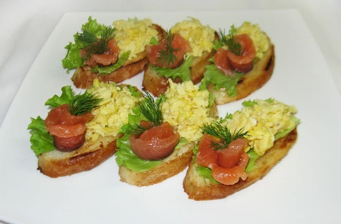 Фото рецепта - Бутерброды с семгой и яйцом - шаг 4