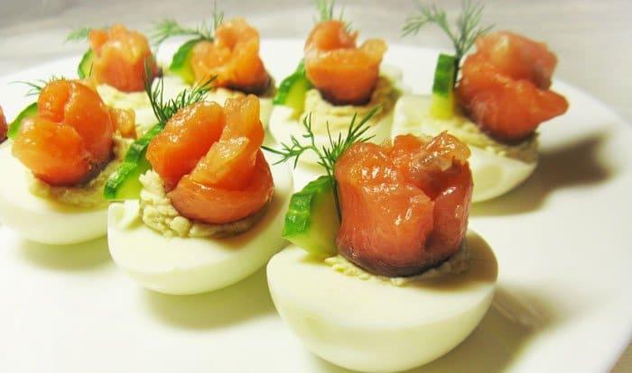Фото рецепта - Фаршированные яйца с лососем и огурцом - шаг 4