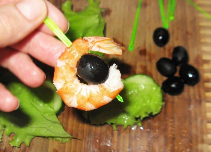 Фото рецепта - Канапе «Помидорная лодка Kaprize» и канапе с креветками - шаг 3